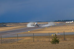 De luchtbus vermoeit rokende startvantaa luchthaven Stock Foto