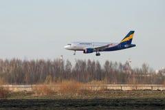 De luchtbusa319-111 vp-BNB Donavia luchtvaartlijnen landt in Pulkovo-luchthaven Royalty-vrije Stock Foto's