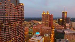 De luchtcamera die van de hommelmening vooruit over centraal bedrijfsdistrict van Atlanta bij schemer vliegen Georgië de V.S. stock videobeelden