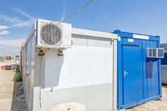 De luchtcompressor wordt geplaatst op de buitenmuur van containerbureau Stock Foto's
