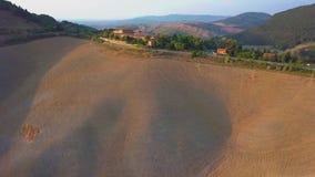 De luchtgebieden van de heuvelsbossen van het aardlandschap mooie en wijngaarden van Toscanië, Italië stock videobeelden