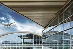 De luchthaven buiten gebouwen stock afbeelding