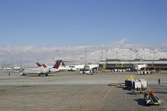 De Luchthaven en de sneeuw van Salt Lake City op de bergen Royalty-vrije Stock Afbeeldingen