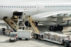 De luchthaven landende en ladende lading van Parijs en passagier stock afbeelding