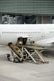 De luchthaven landende en ladende lading van Parijs en passagier royalty-vrije stock afbeeldingen