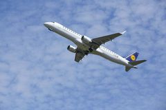 De Luchthaven Schiphol van Amsterdam - Embraer erj-195 van Lufthansa CityLine stijgt op Royalty-vrije Stock Afbeeldingen