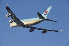 De Luchthaven Schiphol van Amsterdam - Korean Air-de Lading Boeing 747 stijgt op royalty-vrije stock afbeeldingen
