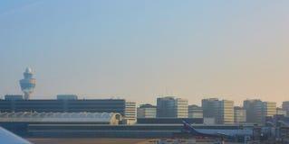 De Luchthaven Schiphol van Amsterdam in Nederland royalty-vrije stock afbeeldingen