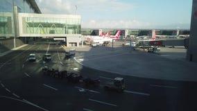 De Luchthaven Turkish Airlines van Istanboel op taxiwijze stock video