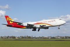 De Luchthaven van Amsterdam Schiphol - Boeing 747 van Yangtze River Express-land royalty-vrije stock foto's