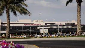De Luchthaven van Bahrein Internacional - Frontale hoek met Palmen stock footage