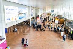 De luchthaven van Brussel, Belgi?, Brussel van Mei 2019, mensen die binnen hun vluchten controleren royalty-vrije stock foto's