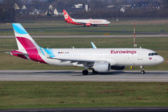 De luchthaven van de vliegtuigendusseldorf van Eurowings en Air Berlin- stock afbeeldingen