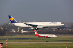 De luchthaven van de vliegtuigendusseldorf van Lufthansa en Air Berlin- royalty-vrije stock afbeelding
