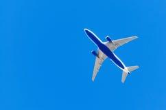 De luchthaven van de vliegtuigluchtvaart contrail de wolken royalty-vrije stock fotografie