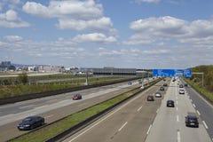 De Luchthaven van Frankfurt - Autobahn A5 met roadsign aan de luchthaven Royalty-vrije Stock Foto