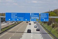 De Luchthaven van Frankfurt - Autobahn A5 met roadsign aan de luchthaven Stock Afbeelding