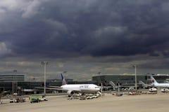 De luchthaven van Frankfurt in bewolkt weer royalty-vrije stock afbeelding