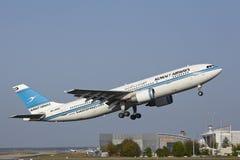 De Luchthaven van Frankfurt - de Luchtbus A300 van Kuwait Airways stijgt op stock afbeeldingen