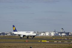 De Luchthaven van Frankfurt - de Luchtbus A319-100 van Lufthansa stijgt op Royalty-vrije Stock Afbeelding