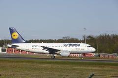 De Luchthaven van Frankfurt - de Luchtbus A319-100 van Lufthansa stijgt op Stock Afbeelding