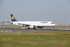 De Luchthaven van Frankfurt - de Luchtbus A321-200 van Lufthansa stijgt op Stock Fotografie