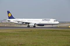 De Luchthaven van Frankfurt - de Luchtbus A321-200 van Lufthansa stijgt op Stock Foto's