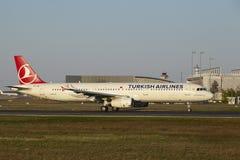 De Luchthaven van Frankfurt - de Luchtbus A321-231 van Turkish Airlines stijgt op Stock Afbeelding