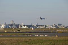De Luchthaven van Frankfurt (Duitsland) met een vliegtuig in de lucht Stock Afbeeldingen
