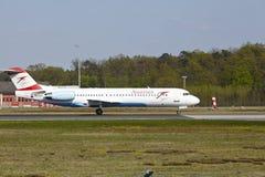 De Luchthaven van Frankfurt - Fokker 100 van Austrian Airlines stijgt op Stock Afbeeldingen