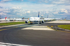 De luchthaven van Frankfurt - Lufthansa-vliegtuigen op baan stock foto
