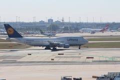 Vliegtuigen bij de Luchthaven van Frankfurt stock afbeeldingen