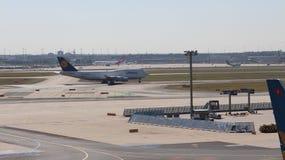 Vliegtuigen bij de Luchthaven van Frankfurt Royalty-vrije Stock Foto's
