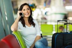 De luchthaven van het reizigerstelefoongesprek stock fotografie