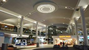 De Luchthaven van Istanboel het wachten banken met vrijstelling van rechten stock video