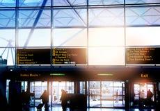 DE LUCHTHAVEN VAN LONDEN STANSTED, HET UK - 23 MAART, 2014: Luchthavenvenster en informatieraad Stock Foto