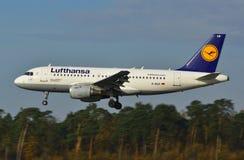 De Luchthaven van Lublin - Lufthansa-vliegtuig het landen Royalty-vrije Stock Foto