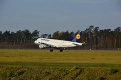 De Luchthaven van Lublin - Lufthansa-vliegtuig het landen Royalty-vrije Stock Afbeelding