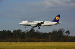 De Luchthaven van Lublin - Lufthansa-vliegtuig het landen Royalty-vrije Stock Fotografie