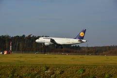 De Luchthaven van Lublin - Lufthansa-vliegtuig het landen Stock Afbeelding