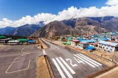 De Luchthaven van Lukla… Steeg 24 in Nepal stock afbeelding
