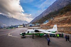 De Luchthaven van Lukla… Steeg 24 in Nepal Royalty-vrije Stock Foto's