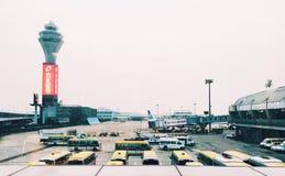 De luchthaven in de vertrekzitkamer royalty-vrije stock fotografie