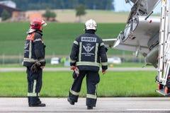 De Luchthavenbrandbestrijders die van Genève zich op luchthaventarmac bevinden stock foto