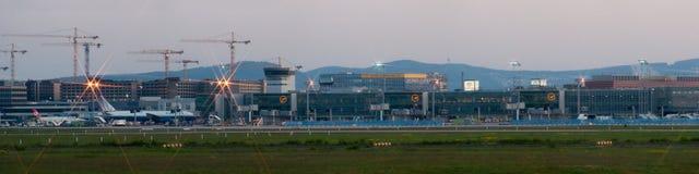 De Luchthavenpanorama van Frankfurt op vroege ochtend Stock Foto's