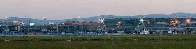 De Luchthavenpanorama van Frankfurt op vroege ochtend Stock Foto