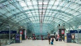 Is de de Luchthavenpost over lange afstand van Frankfurt-am-Main een station bij de Luchthaven in Frankfurt, Duitsland royalty-vrije stock foto