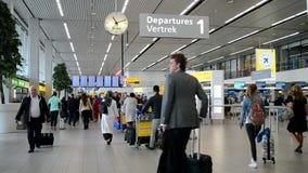 De Luchthavenschiphol van Amsterdam binnenland, reisdiversiteit, stock video