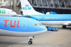 De Luchthavenschiphol van Amsterdam Nederland - 14 April 2018: Ph-OYI TUI Airlines Boeing 767-300 royalty-vrije stock afbeelding