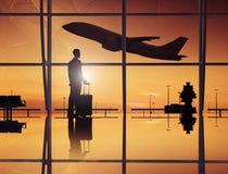 De Luchthavenzitkamer van zakenmanwaiting in an Royalty-vrije Stock Afbeeldingen